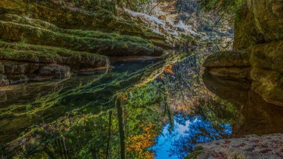 Die herbstliche Farbenpracht der Areuse-Schlucht verwandelt die Landschaft in eine Traumwelt.