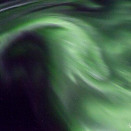 Erneut zaubert das Polarlicht rasende Flammen in den Zenit.