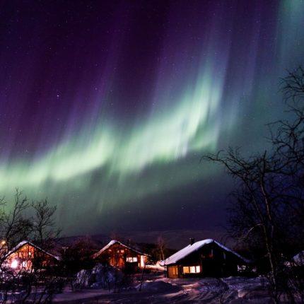 Trifft genügend Energie auf geladenen molekularen Stickstoff, können auch blauviolette Polarlichter in Erscheinung.