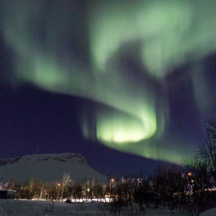 Polarlichtbogen und der Sana (links), der höchste Berg Finnlands