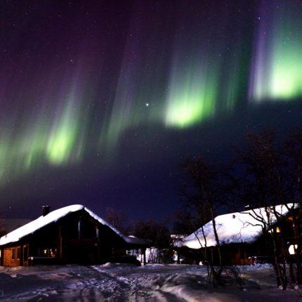 Häufig wandern schnelle Lichtimpulse durch die Polarlichtvorhänge