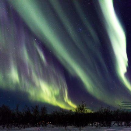 Still und unruhig huschen die Nordlichter über den Himmel.