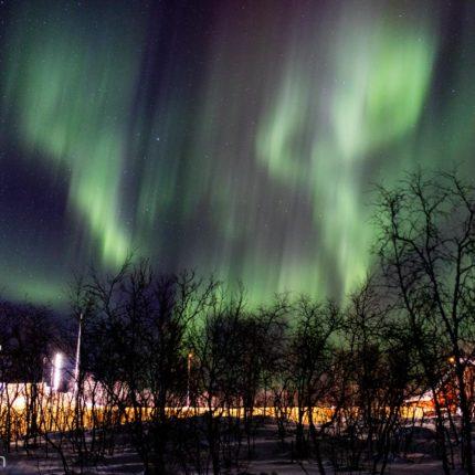 Eine Belichtungszeit von zwei Sekunden lässt die Nordlichter verschwimmen.