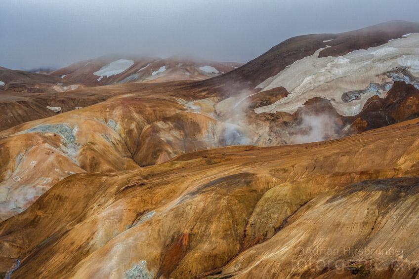 Kerlingarfjöll bringt uns mit seiner einmaligen Landschaft zum staunen. Die ockerfarbene Landschaft hält alles bereit, was die Herzen von Wanderern und Fotografen höher schlagen lässt.