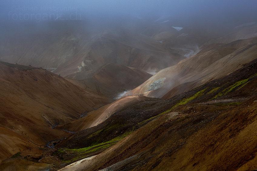An manchen Stellen öffnen sich gespenstische Ausblicke auf das Geothermalgebiet.