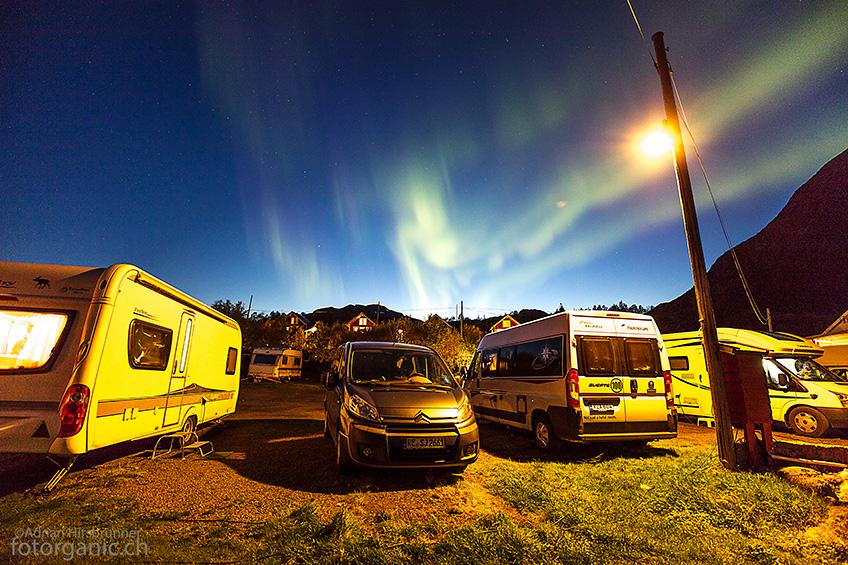 Aurora auf unserem Campingplatz. In der Dämmerung können die Farben der Nordlichter besonders gut wahrgenommen werden.