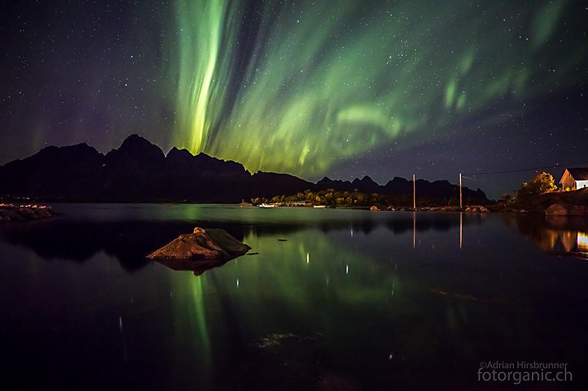 Bereits in der ersten Nacht auf den Lofoten, zieht uns das Nordlicht in seinen Bann.