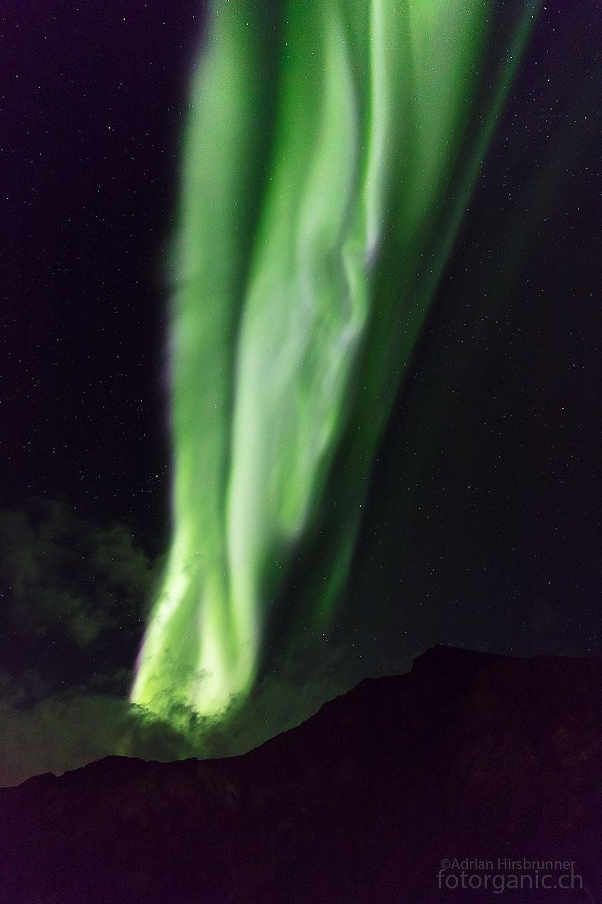 Unberechenbares Polarlicht: Eine Flamme aus der unzählige Koronen hervorgehen lodert plötzlich am Himmel!