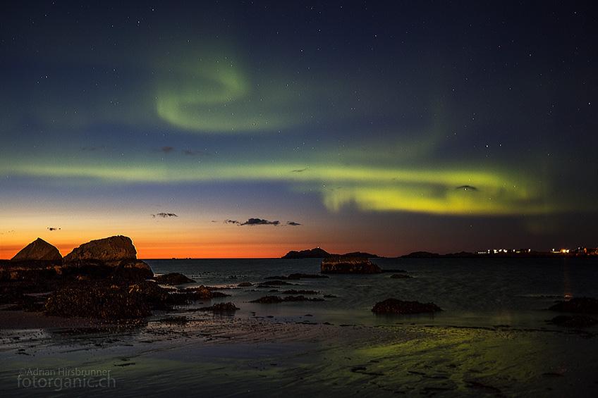 Bereits in der Dämmerung huschen erste Auroras über den Himmel.