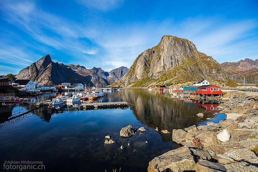 Hamnoy, das malerische Fischerdorf der Lofoten. Die Lage dieses Ortes ist unwiderstehlich