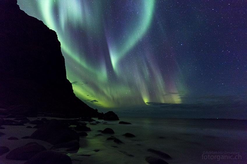 Das Polarlicht tanzt doch noch über dem Strand von Utakleiv.