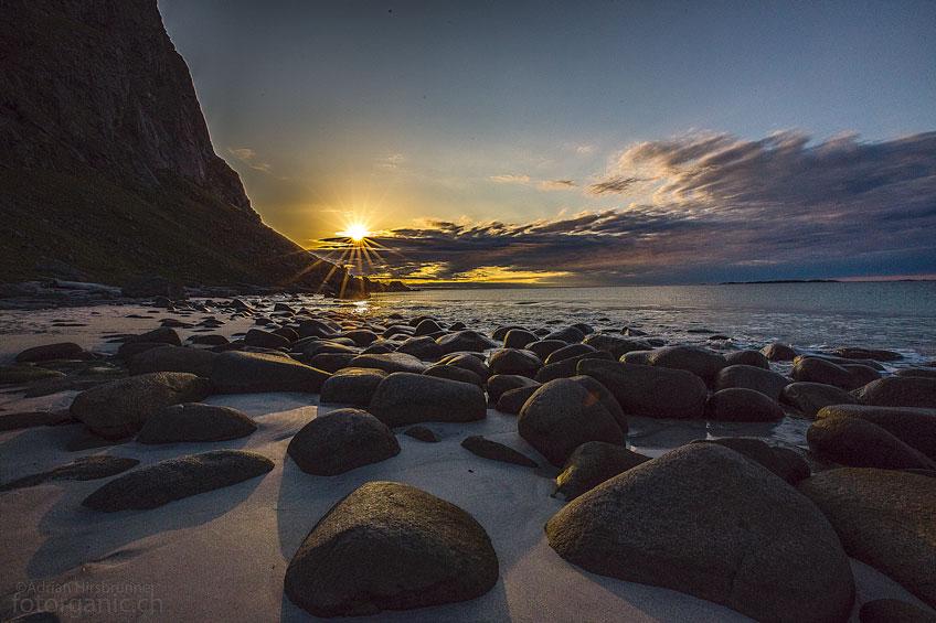Mit seinen rundgeschliffenen Steinen gehört der Strand von Utakleiv zu den schönsten Stränden der Lofoten.