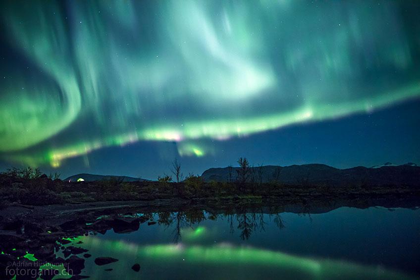 Die schnell flirrenden Nordlicht Bänder erfordern sehr kurze Verschlusszeiten.