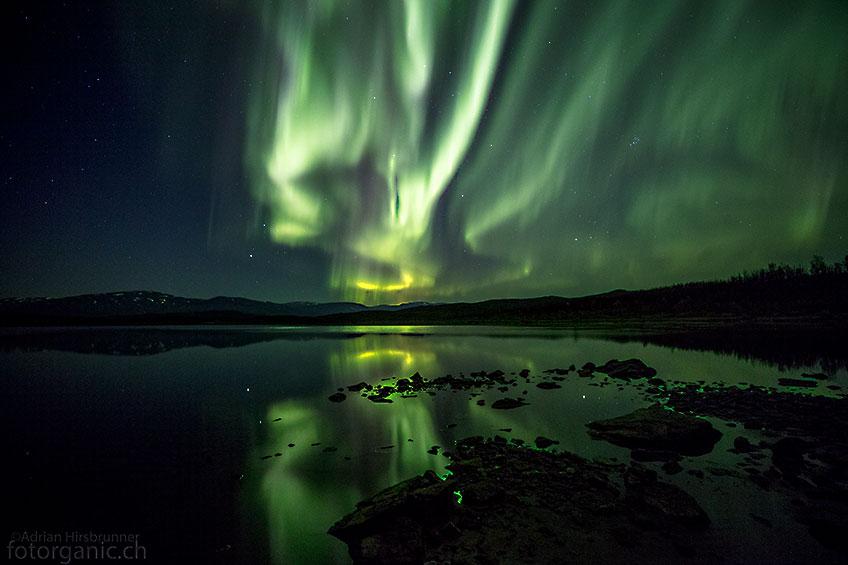 Die Spiegelungen des Polarlichts im See, verleihen den Bildern mehr Tiefe.