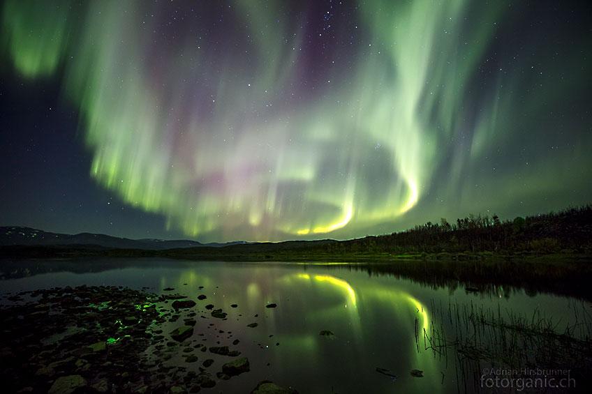 Nichts ist reizvoller, als helle Polarlichter an einem ruhigen See zu fotografieren.