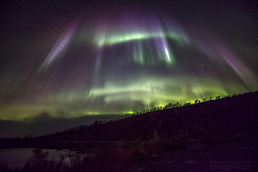Der Nebel hat uns nach Norwegen zurückgedrängt. Kaum steigen wir aus dem Camper, machen uns die wirbelnden Polarlichter wieder schwindlig...