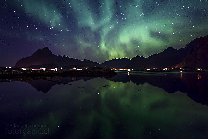 Langsam tritt die Morgendämmerung ein, aber noch immer flackern pulsierende Auroras am Himmel.