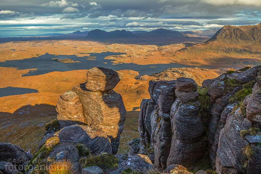 Endlose Aussicht auf die umliegenden Hügel aus Torridon Sandstein