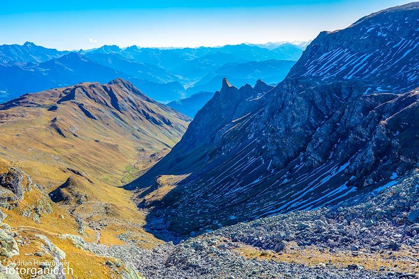 Aufstieg mit Aussicht auf das herbstlich gefärbte Tal.