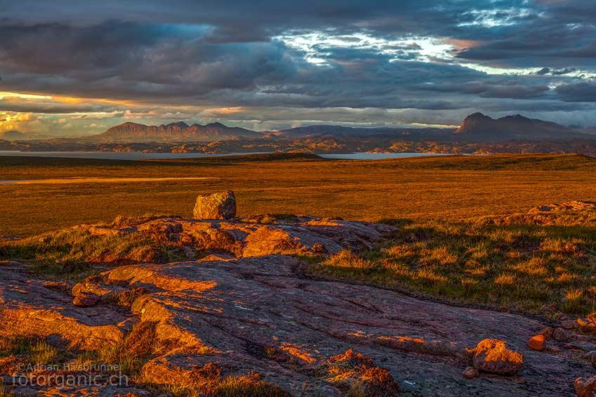 Im Sommer sind die Tage in Schottland besonders lang. Während die Sonne langsam im Meer versinkt, verfärbt sich die Landschaft zunehmend rot.