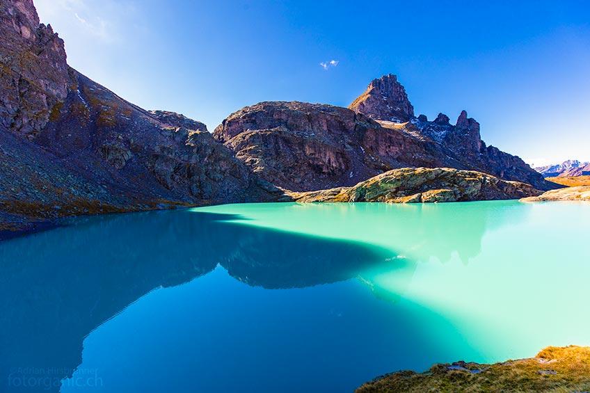 Am Ufer des Schottensees studieren wir die milchigen Farben des Bergsees.