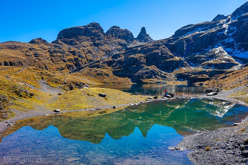 Im Hintergrund des flaschengrünen Schwarzsees erblicken wir die Schwarzseehörner.