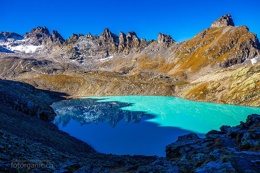 Der Wildsee ist eine der grössten Attraktionen der 5-Seen-Wanderung. Traversiert man die Wildseelücke, ist man fast überfordert von der Farbenpracht.