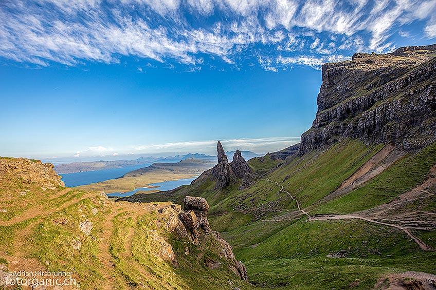 In der Nähe des Gipfels von The Storr öffnet sich ein weiter Blick auf die Landschaft der Isle of Skye und natürlich auf den Old Man of Storr.