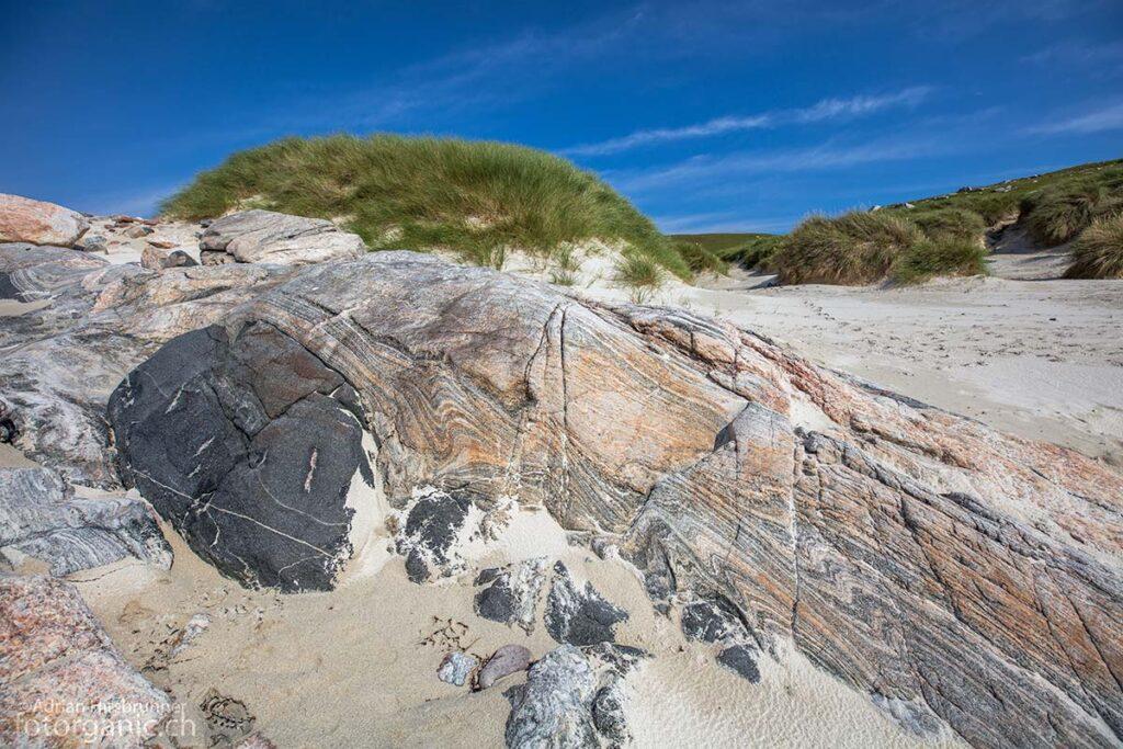 Für Geologen sind die Gneise in den Dünen von Traigh Mheilein eine Fundgrube.