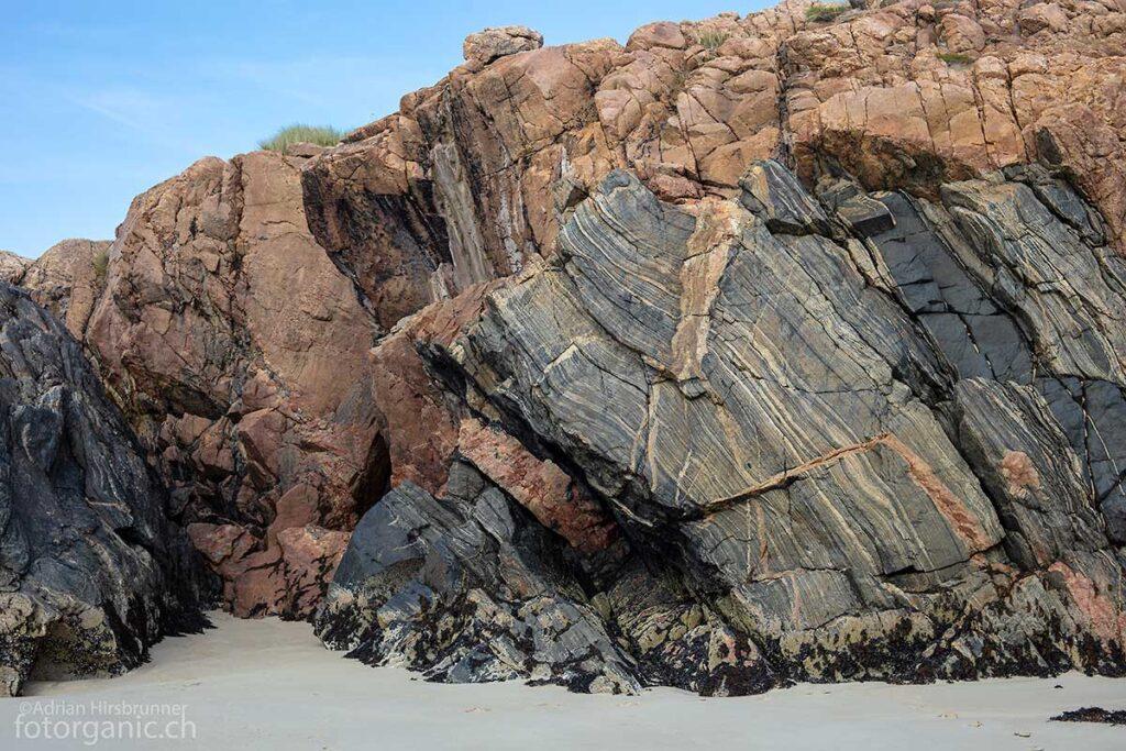 Exemplarisches Beispiel für den Lewisian Gneis des Ardroil Beach.